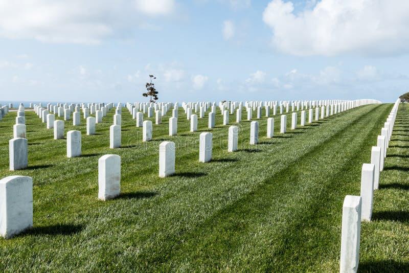 Filas de piedras sepulcrales en el cementerio nacional de Rosecrans del fuerte fotografía de archivo libre de regalías