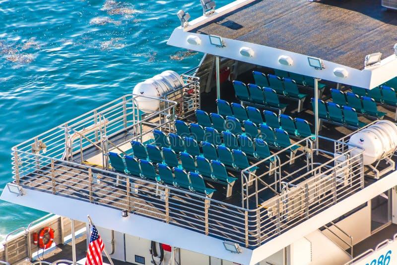 Filas de sillas vacías en un transbordador imágenes de archivo libres de regalías