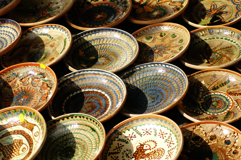 Filas de tazones de fuente hechos a mano.   fotos de archivo