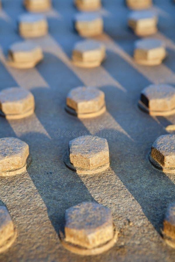 Filas de tornillos sujetados fotos de archivo