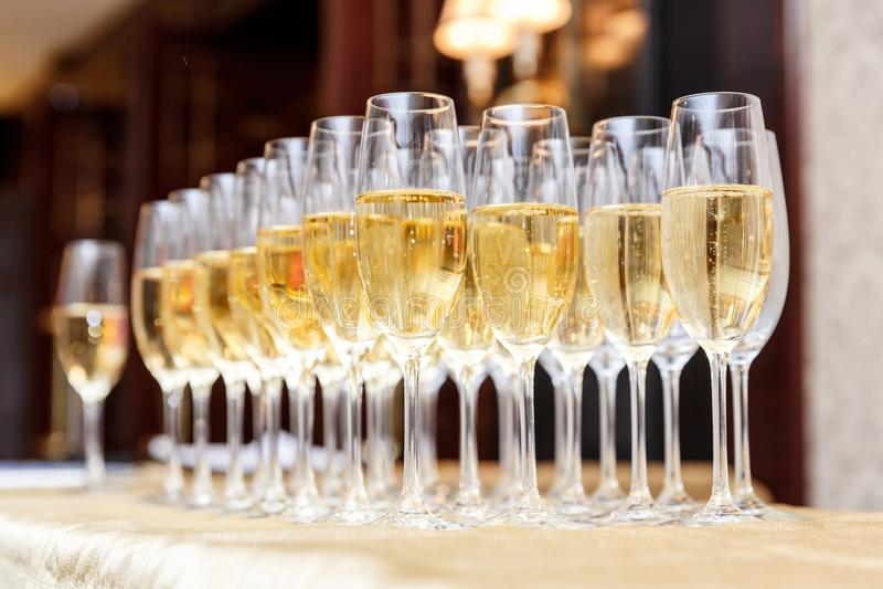 Filas del champán lleno o de las copas de vino chispeantes imagen de archivo
