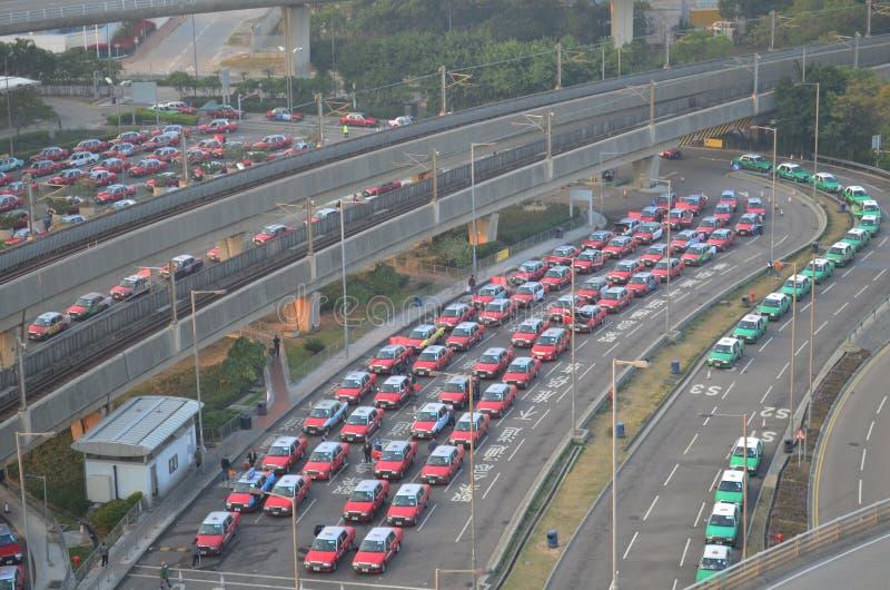 filas dos táxis no aeroporto internacional de Hong Kong imagem de stock royalty free