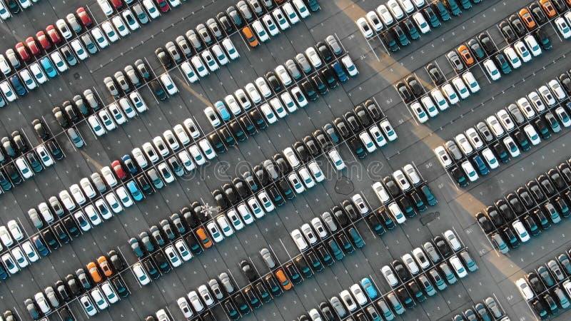 Filas grandes del automóvil en aparcamiento moderno del almacén fotos de archivo libres de regalías