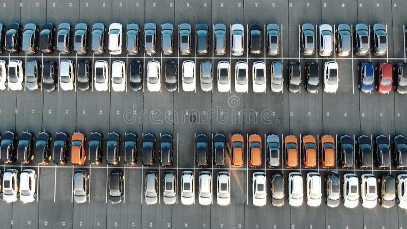 Filas ilustradas de los automóviles situadas en estacionamiento de almacenamiento imagenes de archivo