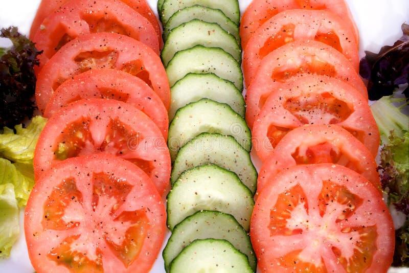Filas tomate y pepino imágenes de archivo libres de regalías