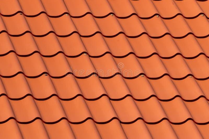 Filas traslapadas del tejado de tejas rojas en Estonia fotos de archivo libres de regalías