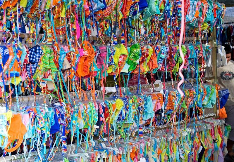 Filas y filas de los bikiníes coloridos para la venta en un mercado imagenes de archivo
