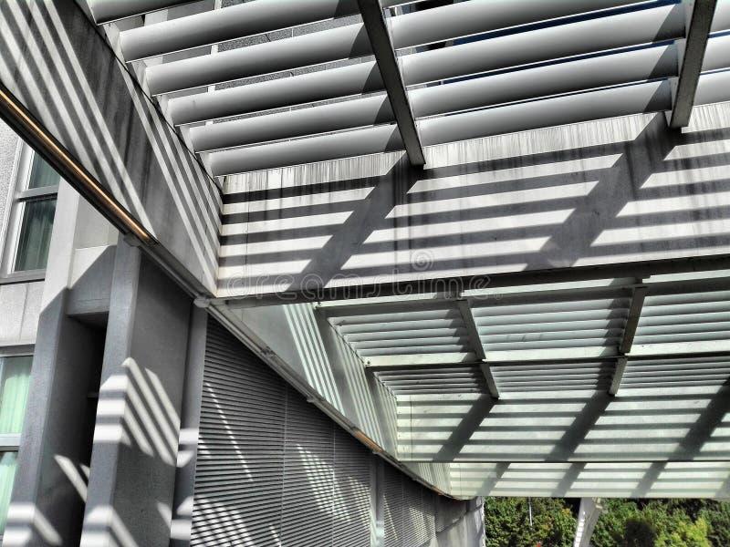 Filas y sombras en arquitectura moderna fotografía de archivo