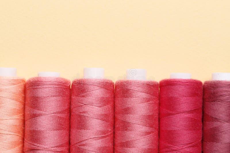 Filati cucirini di colore sul fondo della carta fotografia stock libera da diritti