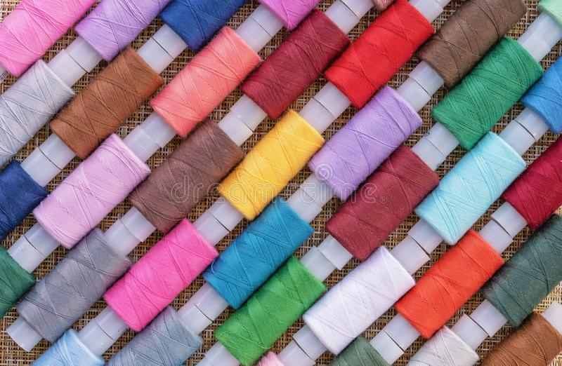 Filati cucirini multicolori Bobine del filo per cucire Il concetto degli accessori di cucito immagine stock libera da diritti