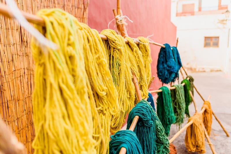 Filati di lana colorata, tinti di recente da artigiani arabi che si essiccano al sole fotografie stock libere da diritti