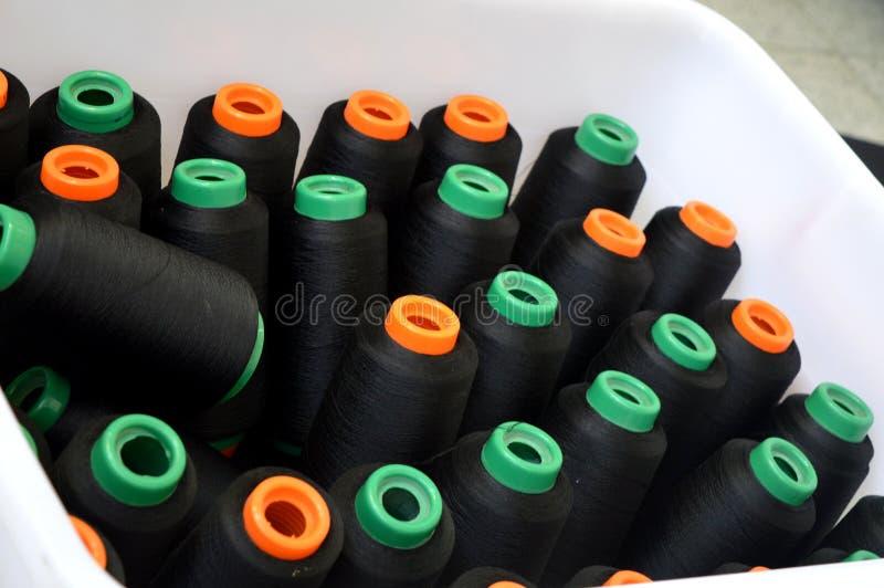 Filato cucirino avvolto sottile nero nel canestro fotografia stock libera da diritti