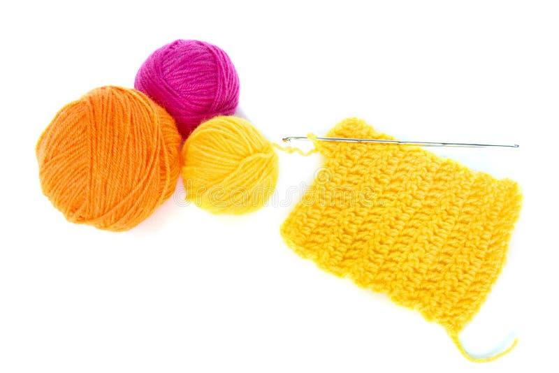 Filato di lana con il lavoro del crochet fotografie stock libere da diritti