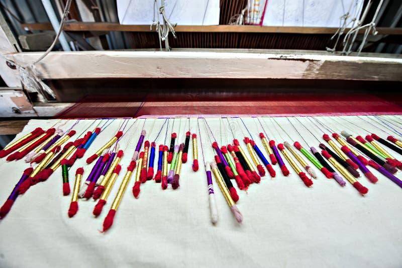 Filato di seta variopinto fatto dal telaio per tessitura indiano immagine stock libera da diritti