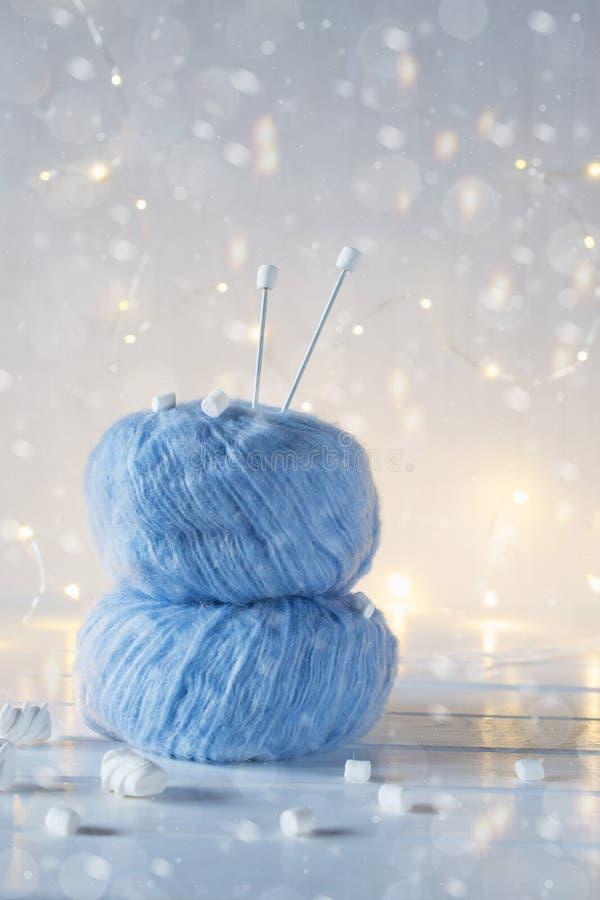 Filato e ferri da maglia lanuginosi blu della palla due fotografie stock libere da diritti