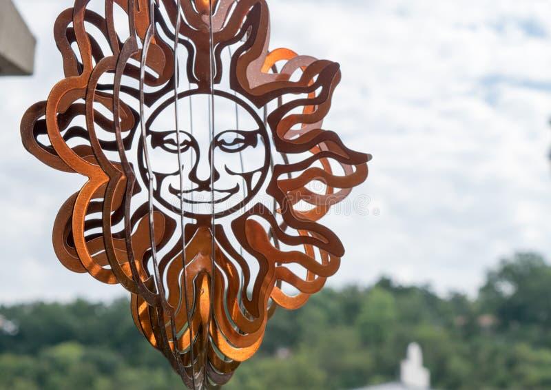 Filatore all'aperto sorridente bronzeo del materiale illustrativo del metallo del sole fotografia stock libera da diritti