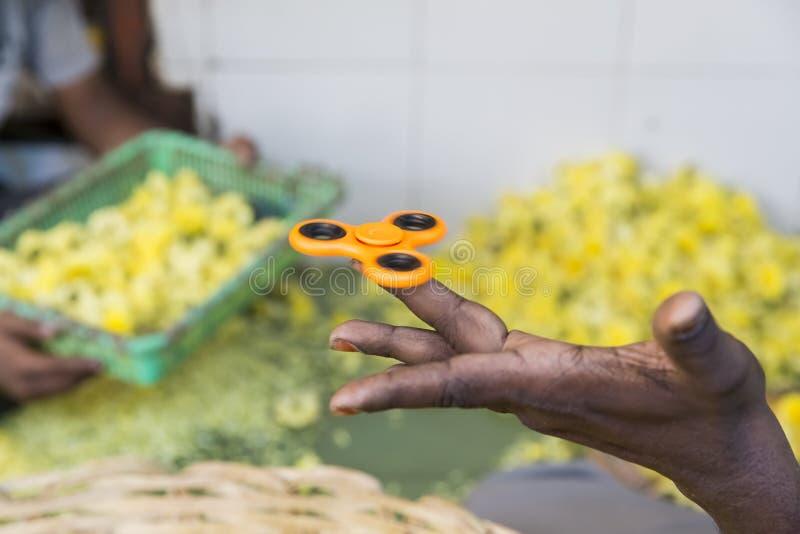 Filatore arancio della mano, giocattolo adulto irritantesi della mano fotografia stock libera da diritti