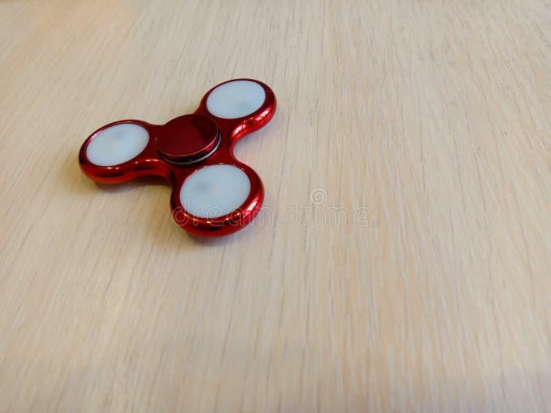 Filatore rosso su una tavola leggera fotografia stock libera da diritti