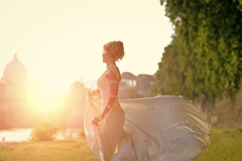 Filatura bionda della sposa all'aperto fotografia stock libera da diritti