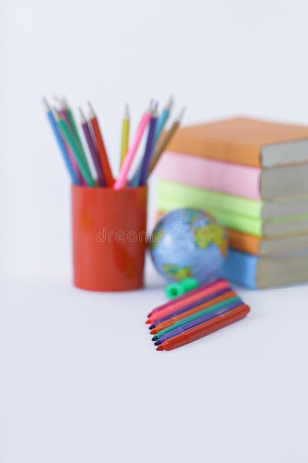 Filc pióra i szkolne dostawy na białym tle Fotografia z kopii przestrzenią zdjęcia royalty free