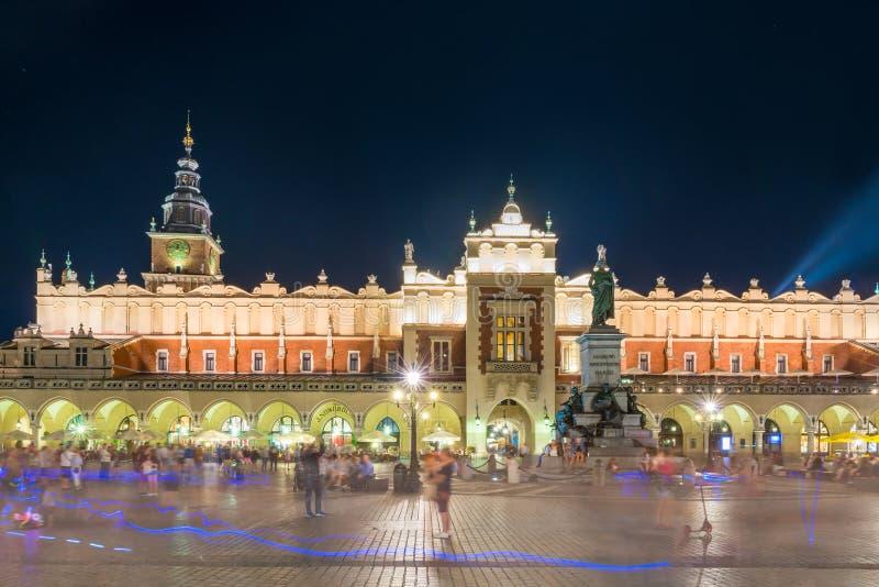 File commerciali del panno nel centro di Cracovia immagine stock