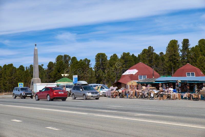 File commerciali sul passo di montagna Seminski sulla strada statale m. 52 Chuysk fotografia stock