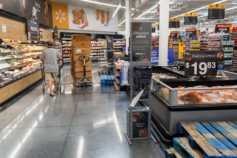 File con i prodotti in Walmart Walmart inc ? una societ? al minuto multinazionale americana fotografia stock