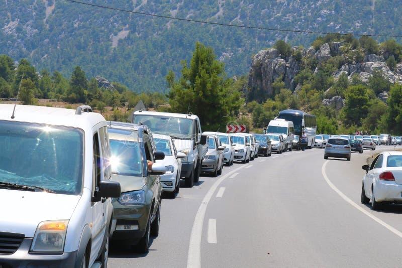 File d'attente du trafic Voitures dans une file d'attente dans l'embouteillage image stock