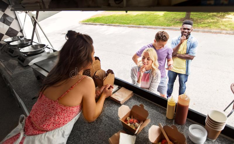 File d'attente et vendeuse de clients au camion de nourriture photographie stock
