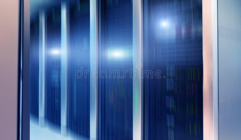 File degli scaffali del server Interno moderno della stanza del server immagine stock libera da diritti
