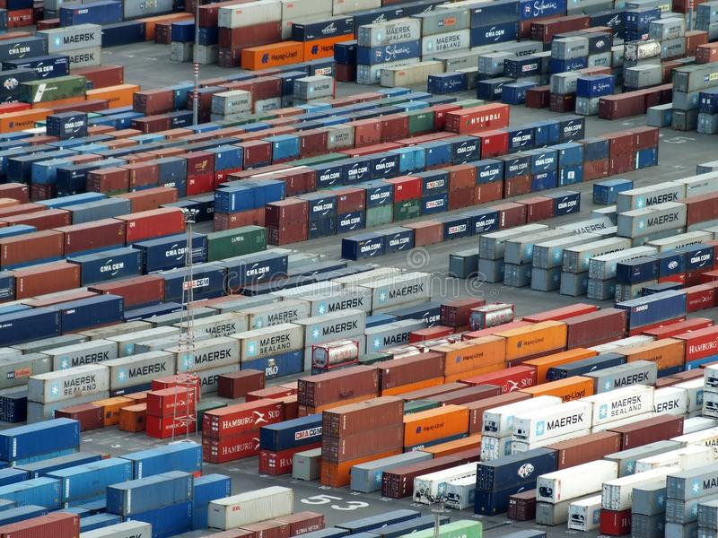 File dei container impilati al porto del carico di Barcellona immagine stock