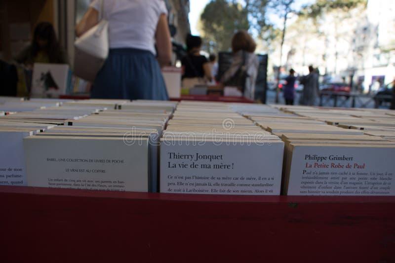 File dei libri usati di lingua francese in Saint Michel fotografia stock libera da diritti
