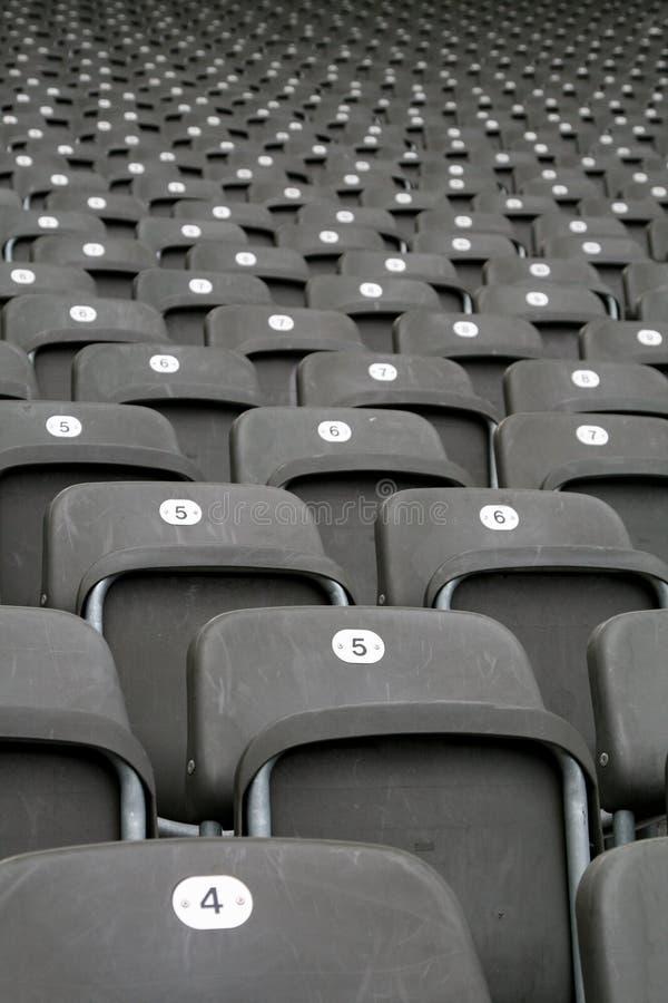 File dei sedili in stadio fotografia stock libera da diritti