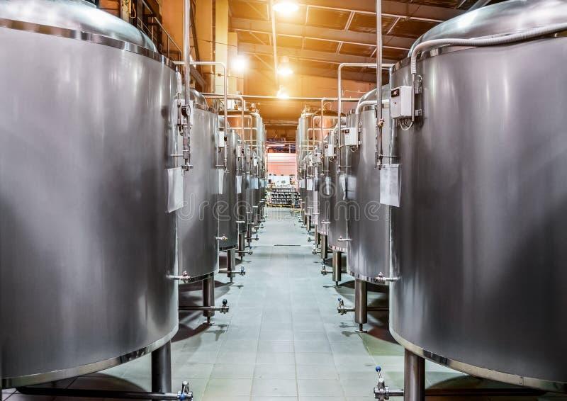 File dei serbatoi di acciaio per fermentazione e maturazione della birra fotografie stock