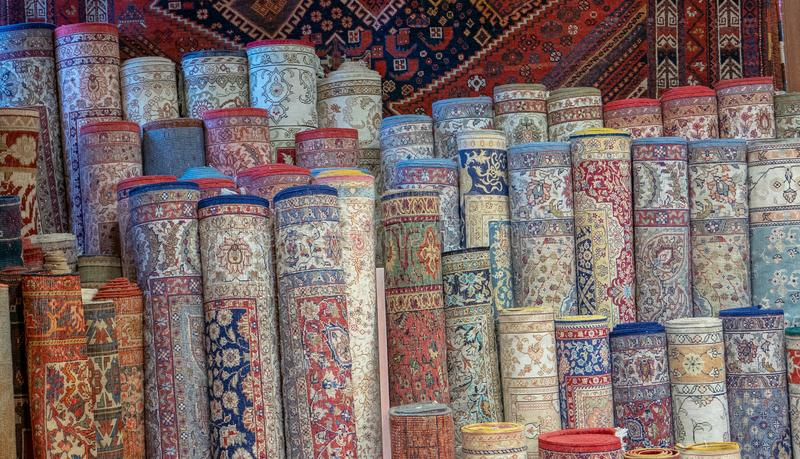 File delle coperte turche che sono vendute ad uno sbocco locale a Costantinopoli, fotografia stock
