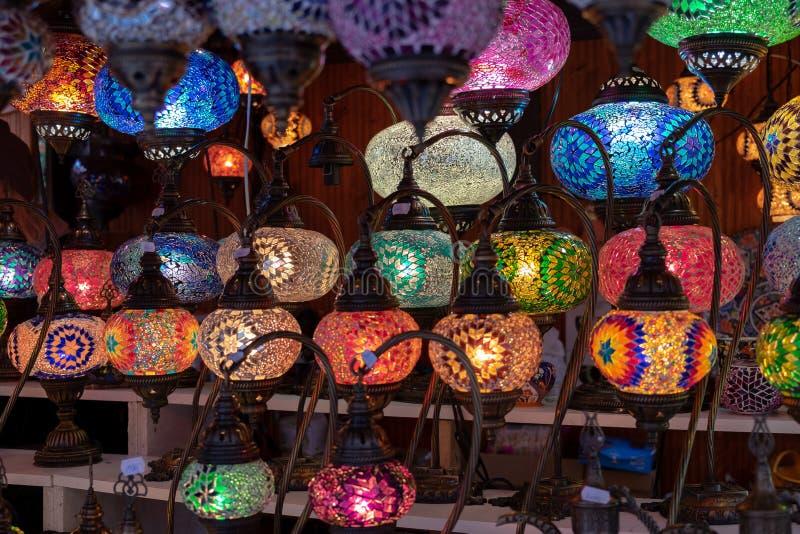 File delle lampade a sospensione del vetro macchiato da vendere al mercato dell'artigianato fotografie stock