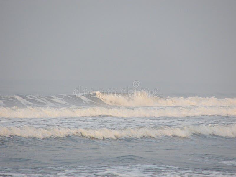File delle onde di superficie del mare sopra l'oceano - sfondo naturale fotografia stock libera da diritti