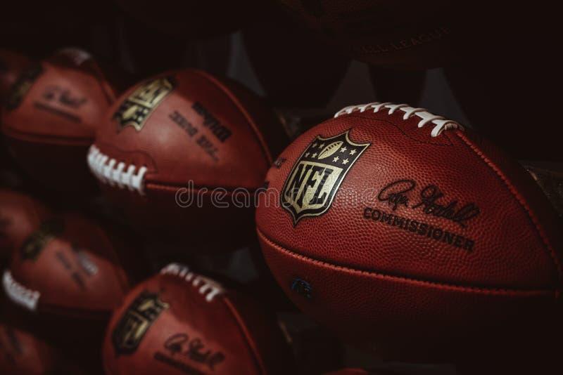 File delle palle di football americano nell'esperienza di Times Square, New York del NFL immagini stock libere da diritti