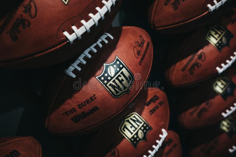 File delle palle di football americano nell'esperienza di Times Square, New York del NFL fotografie stock