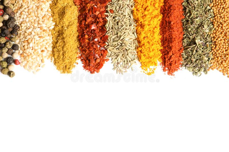 File delle spezie aromatiche differenti su fondo bianco fotografie stock libere da diritti