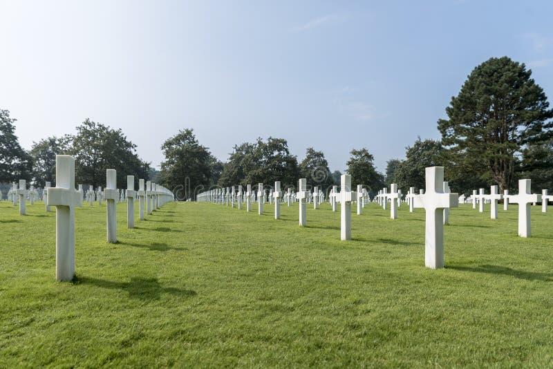 File delle tombe al cimitero americano, in Normandia, la Francia del Nord fotografia stock