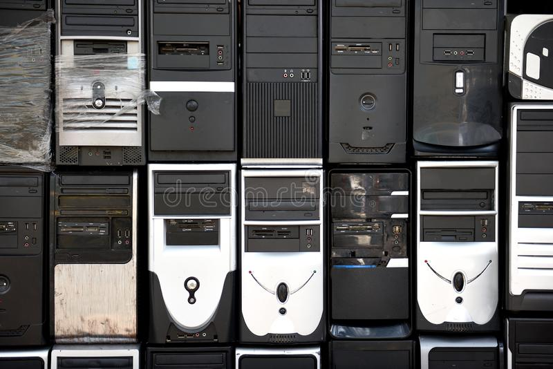 File delle torri impilate, usate, antiquate del desktop computer immagine stock