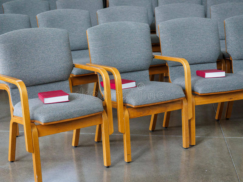 File di sedili con le bibbie nella chiesa immagine stock libera da diritti