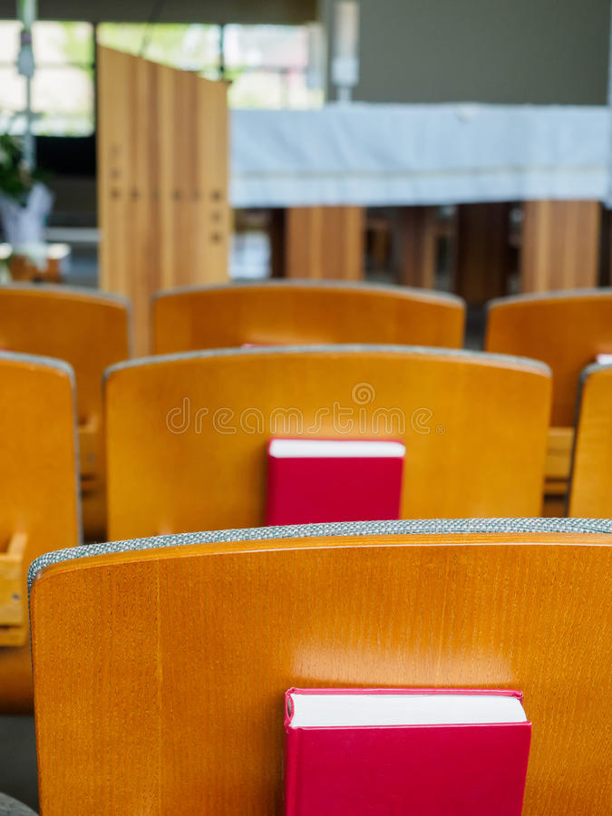 File di sedili con le bibbie nella chiesa fotografie stock libere da diritti