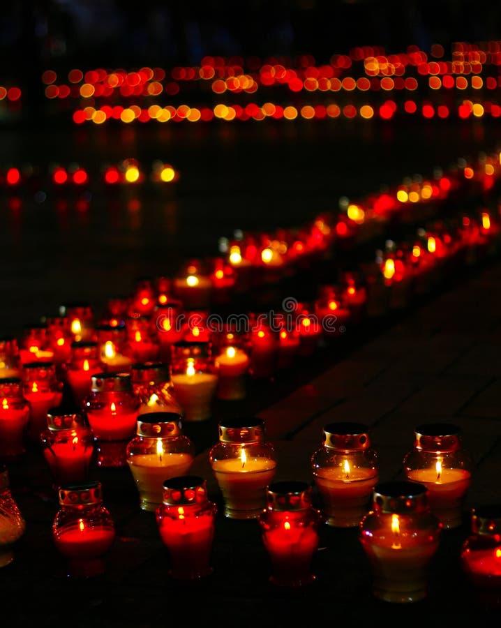 Fileira bonita de velas vermelhas do funeral imagens de stock royalty free