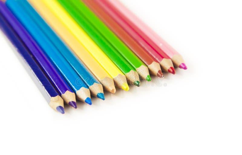 Fileira colorida dos lápis isolados no fundo branco com copysp foto de stock