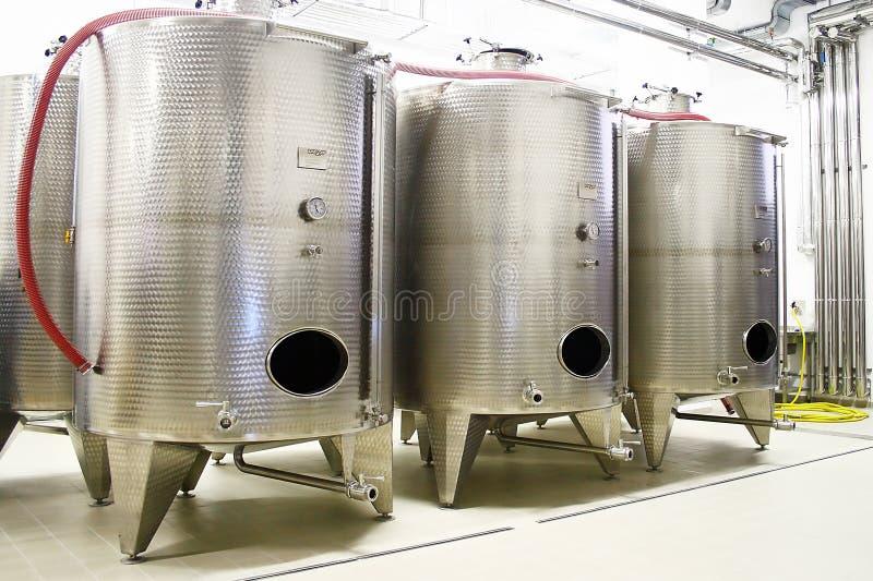 Fileira com cisterna industrial fotos de stock