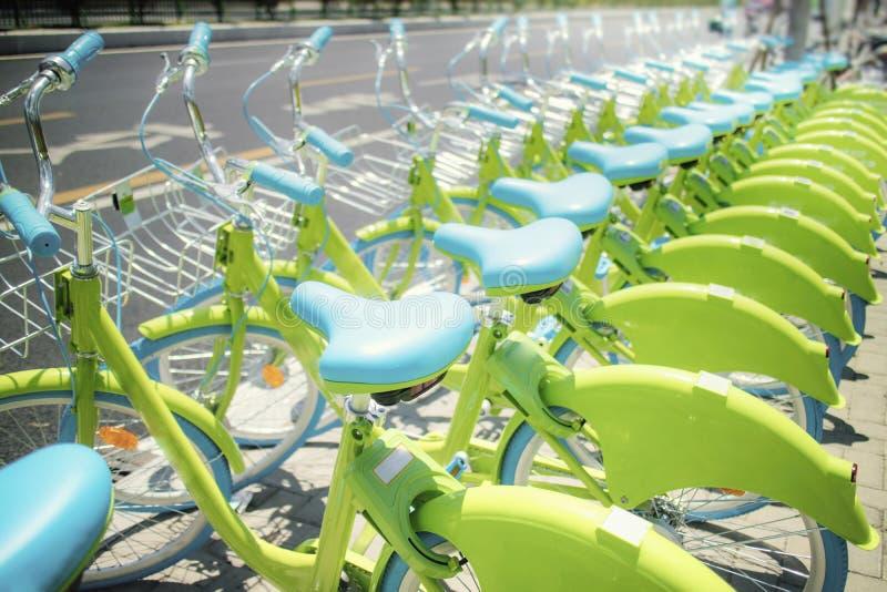 A fileira da bicicleta de partilha pública verde nova alinhou na rua, fotos de stock royalty free