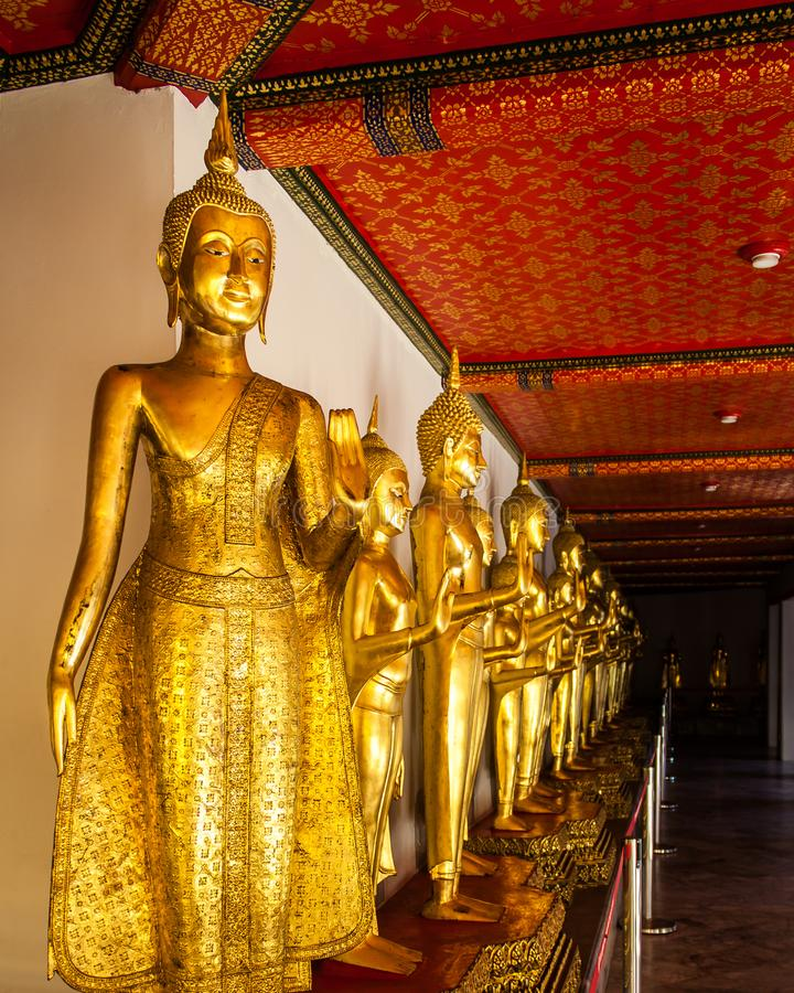 Fileira da Buda em Wat Pho foto de stock royalty free