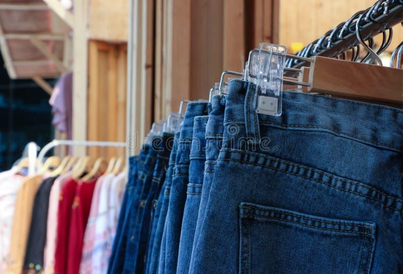 Fileira da calças de ganga fotos de stock